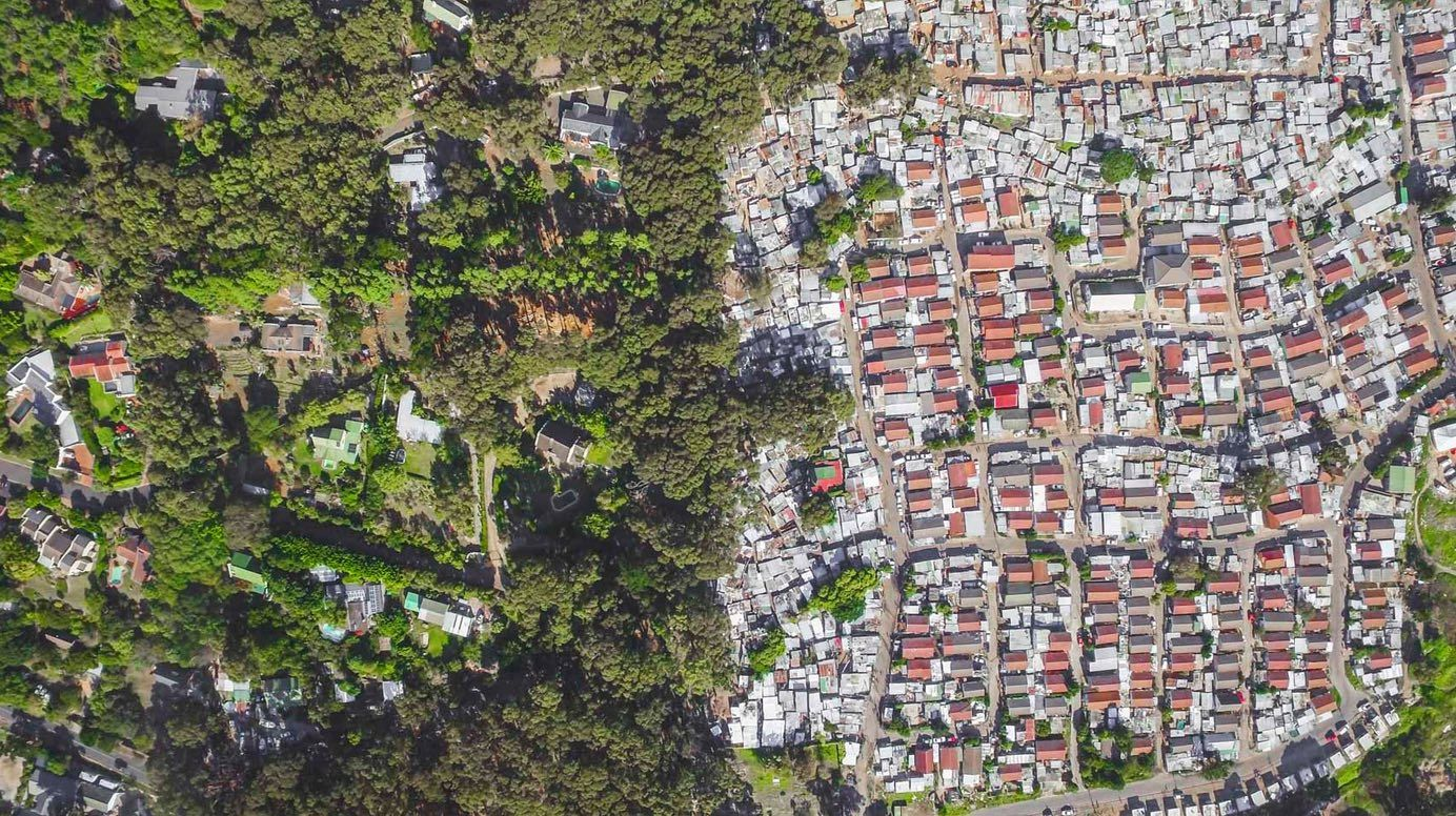 "Wealthy housing estates next to an ""informal settlement"" area – inequality in Hout Bay, 15 km south of Cape Town ((photo: Johnny Miller/Unequal Scenes)"