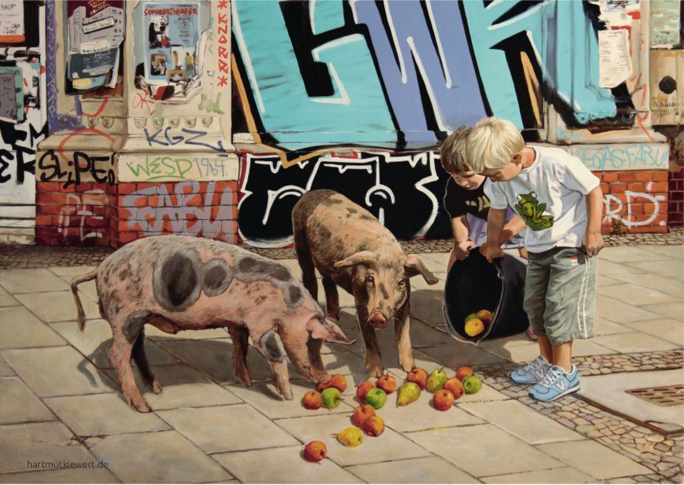 Straßenszene, zwei Jungen vor Gaffitiwand kippen Eimer mit Äpfeln vor zwei Fernkeln aus