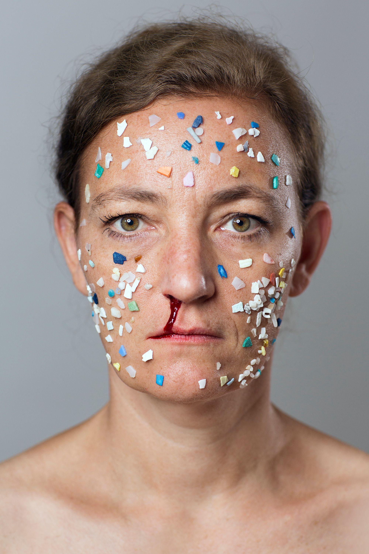 MIKROPLASTIK II, 2016, Artist Güuntzel with beauty mask consisting of microplastics. Photo: Henriette Pogoda, © Swaantje Güntzel