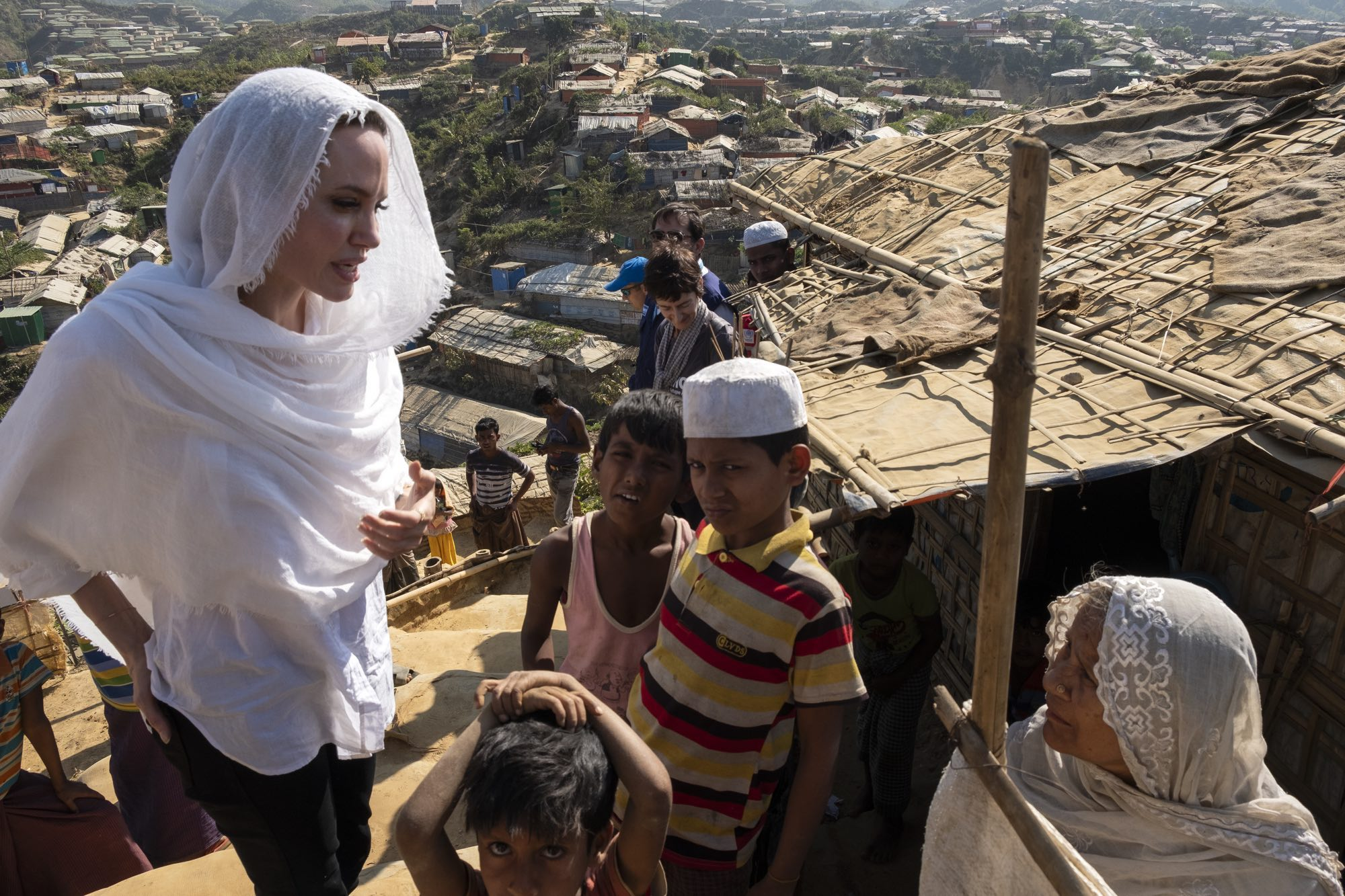 Februar 2019, Bangladesh/Cox's Bazar:Jolie macht sich ein Bild der humanitären Lage im Rohingya Flüchtlinge, © UNHCR/ Santiago Escobar- Jaramillo