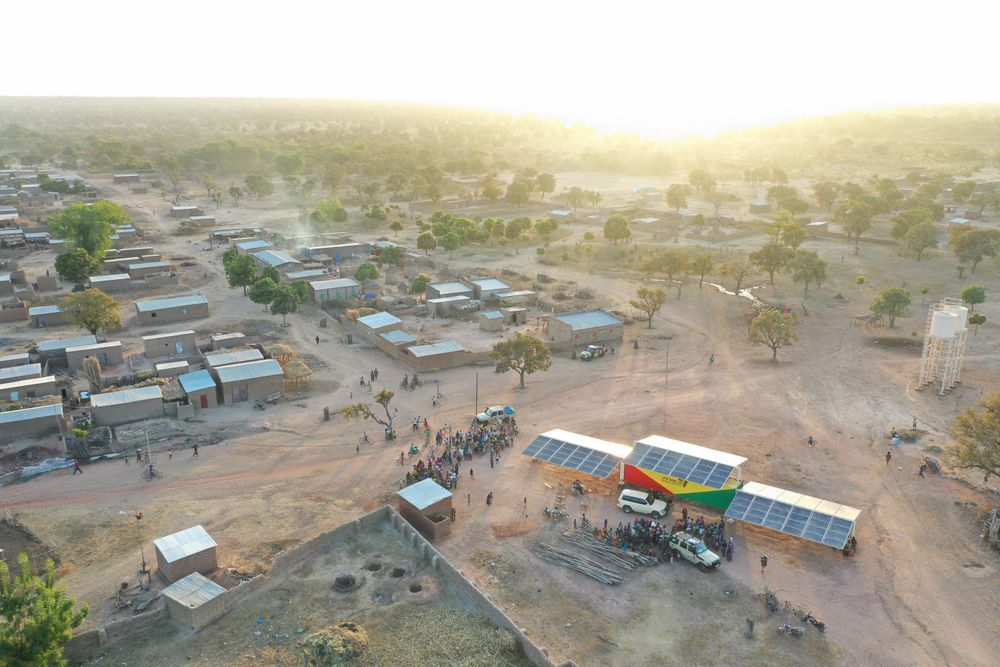 Luftaufnahme Dorfes in Subsahara-Afrika, Solarpanel auf einem Containerdach