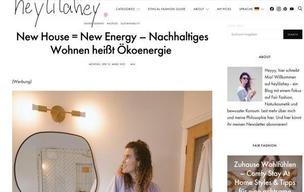 Screenshot eines Blogs: Foto einer Frau, die in Spiegel schaut, dazu mehrere Textblöcke