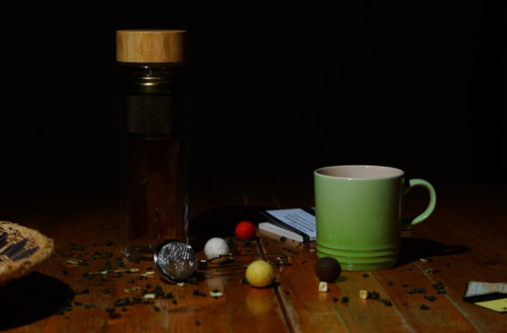 Screenshot of a blog: green cup stands on an old wooden table, in addition text block and 2 small pictures