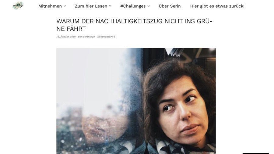 Screenshot eines Blogs: Frau blickt nachdenklich aus dem Fenster eines Zugs, oben Headline