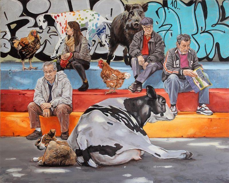 Menschen sowie eine Kuh und Hühner sitzen auf bunter Treppe, Gaffiti an einer Wand